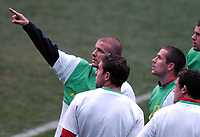 Fotball<br /> England trener foran privatlandskamp mot Spania<br /> 16. november 2004<br /> Foto: Digitalsport<br /> NORWAY ONLY<br /> England Press Conference and training, Madrid<br /> David Beckham points skywards as Michael Owen and fellow England team mates look on