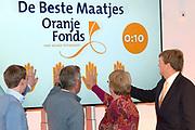 Koning Willem-Alexander geeft startsein voor nieuwe Oranjefonds campagne Maatjes Gezocht . Maatjes zijn vrijwilligers die iemand gedurende langere tijd een steuntje in de rug bieden. <br /> <br /> King Willem-Alexander launches new campaign Oranjefonds Buddies Wanted. Buddies are volunteers who offer someone for a long time a helping hand.<br /> <br /> Op de foto / On the photo:  Koning Willem-Alexander (R) geeft in museum Het Catharijneconvent het startschot voor de nieuwe Oranjefonds-campagne Maatjes Gezocht. <br /> <br /> King Willem-Alexander (R) displays in the museum Catharijneconvent the start of the new Oranje Fonds campaign Mates Wanted.