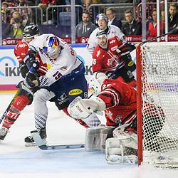 Muenchens Jason Jaffray (Nr.15) mit der Chance gegen Koelns Gustaf Wesslau (Nr.29)  beim Spiel in der DEL, Koelner Haie (rot) - EHC Red Bull Muenchen (weiss).<br /> <br /> Foto © PIX-Sportfotos *** Foto ist honorarpflichtig! *** Auf Anfrage in hoeherer Qualitaet/Aufloesung. Belegexemplar erbeten. Veroeffentlichung ausschliesslich fuer journalistisch-publizistische Zwecke. For editorial use only.