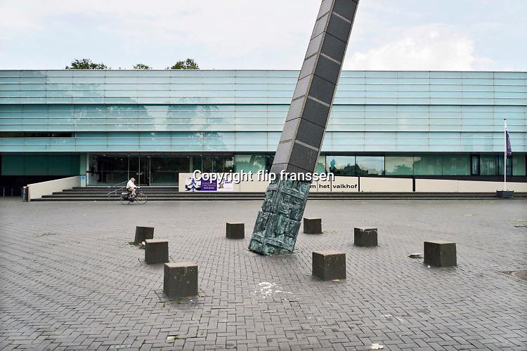 Nederland, Nijmegen, 31-7-2019 Gemeentelijk museum voor oudheid en moderne kunst het Valkhof. In de volksmond Het Zwembad genoemd. Permanente expositie van de collectie Romeinse items uit opgravingen in de omgeving, regio, zoals helmen, gezichtsmaskers, aardewerk, glaswerk en een triomfzuil . Het museum zit in zwaar weer vanwege het sterk teruglopend bezoekersaantal. Een ontwerp van Ben van Berkel . De loze binnenruimte die door de grote trap gedomineerd wordt oogst veel kritiek . Buiten staat een replica van een overwinningszuil .FOTO: FLIP FRANSSEN