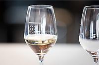 SCHWEIZ - TOLOCHENAZ - Ein Glas Weisswein von Cave de la Côte - 23. Januar 2020 © Raphael Hünerfauth - http://huenerfauth.ch