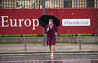 DEU, Deutschland, Germany, Berlin, 07.05.2021: Bundesfamilienministerin Franziska Giffey (SPD) überquert nach einer Sitzung im Bundesrat bei Regen mit einem Schirm in der Hand die Leipziger Strasse.