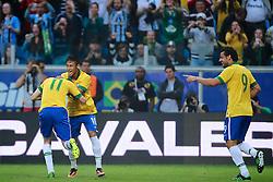 Oscar comemora seu gol com Fred e Neymar no amistoso entre Brasil e França no estádio Arena do Grêmio, em Porto Alegre (RS). FOTO: Jefferson Bernardes/Preview.com