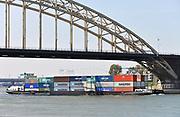 Nederland, Nijmegen, 20-4-2017Binnenvaartschip, beladen met containers, vaart over de Waal .FOTO: FLIP FRANSSEN
