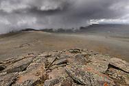 Wolken steigen aus dem Tiefland auf das Hochplateau auf. Landschaftsimpressionen vom Tullu Demtu (4377 Meter) über das Sanetti Plateau im Bale Mountains Nationalpark im Süden von Äthiopien