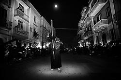 Noicattaro. Venerdi santo. Un crocifero durante la processione notturna.