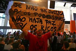 """Manifestantes contra a corrupção na politica durante o seminário """"10 anos depois"""" no encerramento do Fórum Social Mundial 2010, em Porto Alegre. FOTO: Jefferson Bernardes/Preview.com"""