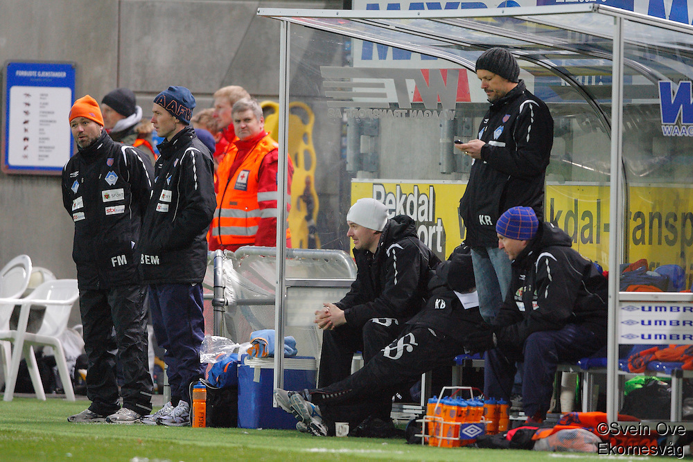 ÅLESUND 20110212. Aalesundstrener Kjetil Rekdal sjekker mobilen under treningskampen i fotball mellom Aalesund og Hødd på Color Line Stadion i Ålesund lørdag ettermiddag.<br /> Foto: Svein Ove Ekornesvåg
