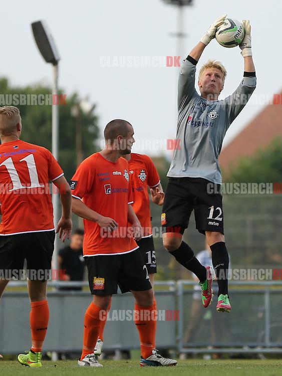 FODBOLD: Prøvespilleren Frederik Mehder (Helsingør) griber bolden under træningskampen mellem FC Helsingør og AB den 28. juli 2014 på Helsingør Stadion. Foto: Claus Birch