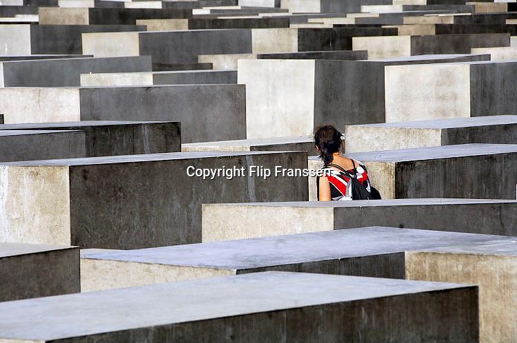 Duitsland, Berlijn, 22-8-2009Monument, opgericht in 2004, ter nagedachtenis aan de slachtoffers van de jodenvervolging in Europa tijdens het nazi regime van Hitler.Het staat in het voormalige niemandsland van de muur tussen oost en west-berlijn, en is opgericht na de eenwording, toen de twee landen gezamelijk hun geschiedenis konden verwerken.Holocaustmonument, holocaust, holocaust mahnmalFoto Flip Franssen