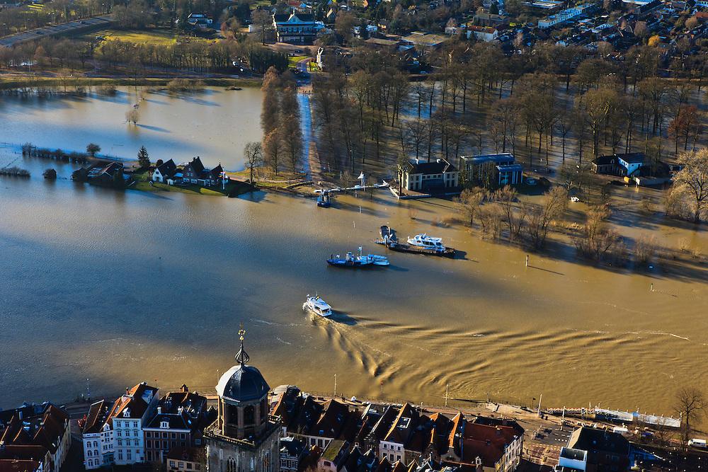Nederland, Overijssel, Deventer, 20-01-2011. Zicht op Deventer met in de achtergrond het buitendijks aan de IJssel gelegen park De Worp..Het Worpplantsoen is onderdeel van de stadswijk De Hoven. Het in het park gelegen IJsselhotel is door het hoogwater alleen nog per boot te bereiken...View on the flooded park De Worp. The hotel (IJsselhotel) in the park can only be reached by boat, due to the high waters of the river IJssel. Bottom image the old town of Deventer..luchtfoto (toeslag), aerial photo (additional fee required).copyright foto/photo Siebe Swart