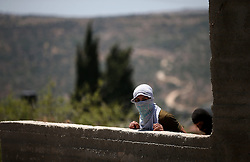 03.07.2015, Kfar Qaddum, PSE, Nahostkonflikt zwischen Israel und Palästina, im Bild ein vermummter Palästinenser // Palestinian protesters take position during clashes with Israeli security forces following a demonstration against the expropriation of Palestinian land by Israel in the West Bank village of Kfar Qaddum, Palestine on 2015/07/03. EXPA Pictures © 2015, PhotoCredit: EXPA/ APAimages/ Ahmad Talat<br /> <br /> *****ATTENTION - for AUT, GER, SUI, ITA, POL, CRO, SRB only*****