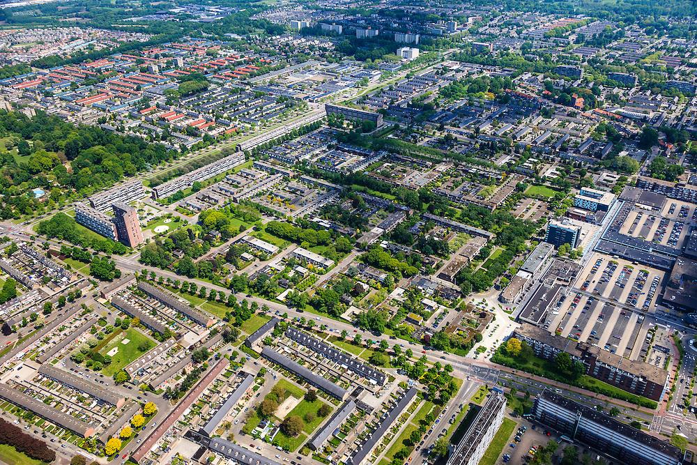 Nederland, Noord-Brabant, Eindhoven, 27-05-2013; stadsdeel Woensel-Noord, wijk Ontginning, buurt 't Hool. Rechts in beeld winkelentrum Woensel.<br /> De woonbuurt met verschillende woningtypes is tussen 1968 en 1972 gerealiseerd en geldt als toonbeeld van de wederopbouw architectuur en stedenbouw. Architect Jaap Bakema.<br /> Residential area in Eindhoven with various housing types realized between 1968 and 1972. The design is considered a model of architecture and urban reconstruction. Architect Jaap Bakema.<br /> luchtfoto (toeslag op standard tarieven)<br /> aerial photo (additional fee required)<br /> copyright foto/photo Siebe Swart