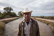 Jacinto Matus Buitimeo davanti al canale che sostituisce il fiume Yaqui. Il governo aveva loro promesso di lasciare la metà del corso d'acqua, ma il canale non ne contiene neanche un quarto.