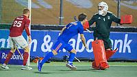 AMSTELVEEN -  Jeroen Hertzberger (Ned) brengt de stand op 3-1   tijdens de Pro League hockeywedstrijd heren, Nederland - Groot-Brittannie. (3-1). links Thierry Brinkman (Ned) , rechts keeper George Pinner (GB) . COPYRIGHT KOEN SUYK