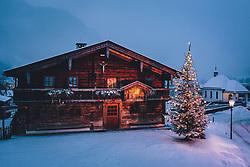 THEMENBILD - das beleuchtete Meixnerhaus am Kapruner Kirchbichl mit einem Weihnachtsbaum, aufgenommen am 03. Dezemeber 2020 in Kaprun, Österreich // the illuminated Meixnerhaus on Kaprun's Kirchbichl with a Christmas tree, Kaprun, Austria on 2020/12/03. EXPA Pictures © 2020, PhotoCredit: EXPA/ JFK