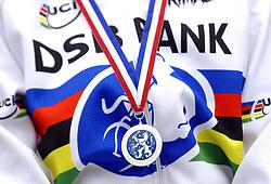 06-01-2007 WIELRENNEN: NK VELDRIJDEN VROUWEN: WOERDEN<br /> Medaille , item wielrennen veldrijden creative kampioenstrui<br /> ©2007-WWW.FOTOHOOGENDOORN.NL