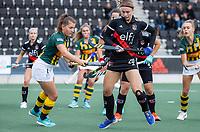 AMSTELVEEN - Anke Sanders (HDM) met Michelle Fillet (Amsterdam)  tijdens de competitie hoofdklasse hockeywedstrijd dames, Amsterdam-HDM (1-1).  COPYRIGHT KOEN SUYK