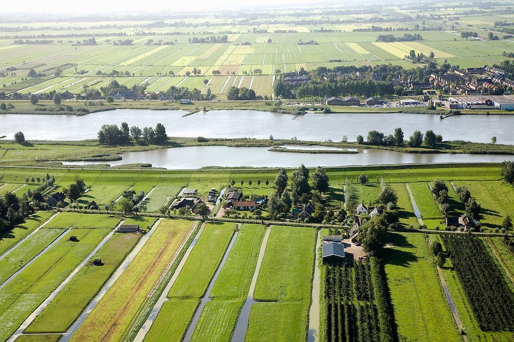 Nederland, Zuid-Holland, Lek, 08-09-2006. Willige Langerak, uiterwaard van de Lek, ten Oosten van Schoonhoven,  gezien in Zuidelijke richting, naar de Alblasserwaard; in verband met dijkverbreding (links, stroomopwaarts), is hier ruimte gemaakt voor waterberging: de oorspronkelijke dijk is verlaagd en gedeeltelijk doorgegraven rechts, net buiten beeld en hierdoor kan de voormalige uiterwaard onderwater lopen; meer landinwaarts is een nieuwe dijk aangelegd; ruimte voor de rivier, onderdeel deltaplan grote rivieren..zie ook andere (lucht)foto's van deze lokatie, deel van de serie Panorama Nederland.<br /> Fortificaction of the dikes. To prevent flooding, the ancient dike was partially stripped to let the water into the flood plain. A new dike was constructed more inland. .Other aerial and panorama photos available, part of the series Panorama Nederland (major infrastucture photo project)<br /> luchtfoto (toeslag), aerial photo (additional fee)<br /> foto /photo Siebe Swart