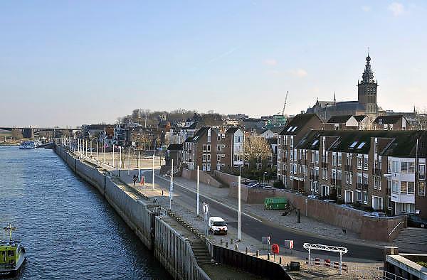 Nederland, Nijmegen, 30-11-2011De damwand die de kade van de stad vormt is lek en laat zand door.Vervanging is onvermijdelijk, maar onvoorzien door de gemeente.Schepen mogen er niet meer aanleggen. De rivieroever werd in 1981 middels de damwand vernieuwd, en had nog wat jaren mee gemoeten.Foto: Flip Franssen/Hollandse Hoogte