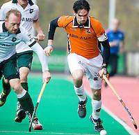 ROTTERDAM - HOCKEY -  Robert van der Horst (r) van OZ in duel met Joost van den Berg (l) van R'dam,  tijdens de hoofdklasse hockeywedstrijd tussen de mannen van Rotterdam en Oranje-Zwart (0-2). COPYRIGHT KOEN SUYK