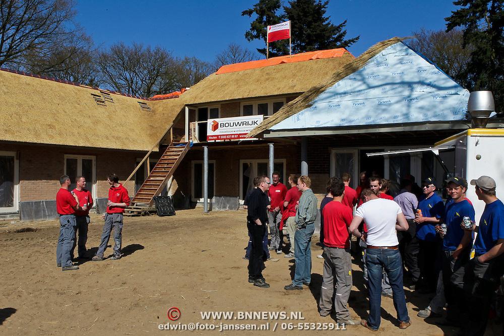 NLD/Laren/20100423 -  Hoogste punt bereikt van de nieuwe woning van Rosanna Lima en Patrick Kluivert