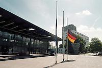 04.06.1998, Germany/Bonn:<br /> Trauerbeflaggung vor den Gebaüden des Deutschen Bundestages<br /> IMAGE: 19980604-01/01-22<br />  <br /> KEYWORDS: Flagge, flag