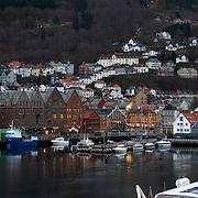 Noorwegen Bergen 30 december 2008 20081230 Foto: David Rozing .Havenstad Bergen, huizen op de heuvels rondom  het centrum. Op de voorgrond liget een schip in de haven .The city of Bergen, houses on the hillside and the harbour ..Foto: David Rozing