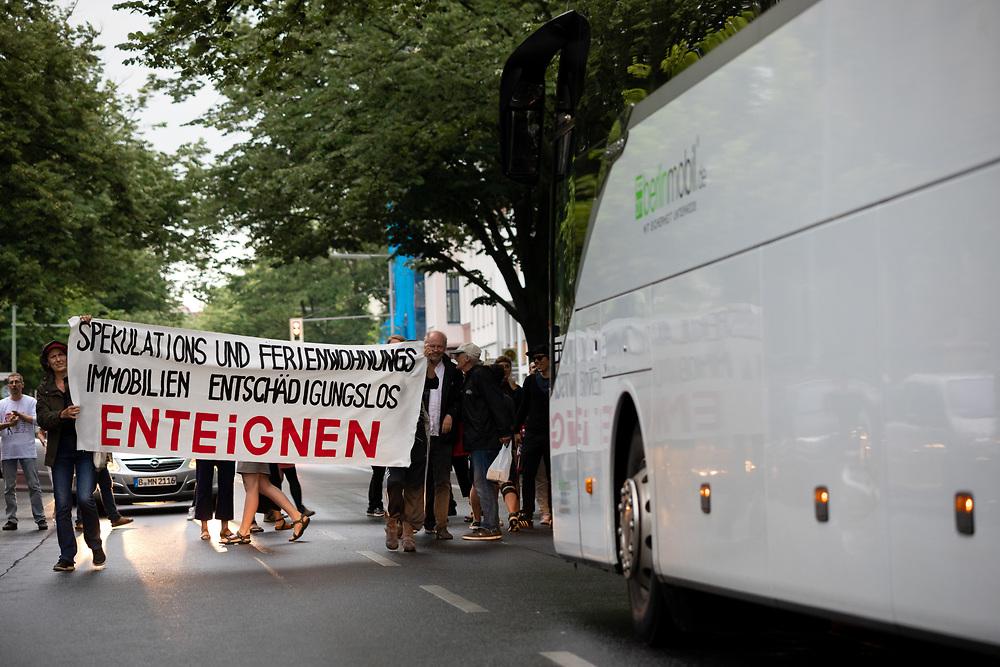 """Proteste gegen die  Feier """"ImmoNight2019"""" des Deutschen Immobilientags im Spindler & Klatt in Berlin-Kreuzberg. Demonstranten mit Banner """"Spekulations- und Ferienwohnungsimmobilene entschädigungslos enteignen"""" blockieren einen Bus, in dem sie Teilnehmer des Deutschen Immobilientages vermuten.<br /> <br /> [© Christian Mang - Veroeffentlichung nur gg. Honorar (zzgl. MwSt.), Urhebervermerk und Beleg. Nur für redaktionelle Nutzung - Publication only with licence fee payment, copyright notice and voucher copy. For editorial use only - No model release. No property release. Kontakt: mail@christianmang.com.]"""