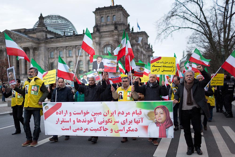 Über tausend Menschen protestieren auf einer Demonstration des Nationalen Widerstandsrat Iran in Deutschland (NWRI) in Solidarität mit den Protesten im Iran gegen das Regime der Mullahs. Die Demonstranten fordern einen Regimewechsel, ein Ende der religiösen Diktatur sowie die Freilassung von hunderten inhaftieren Demonstranten im Iran. <br /> <br /> [© Christian Mang - Veroeffentlichung nur gg. Honorar (zzgl. MwSt.), Urhebervermerk und Beleg. Nur für redaktionelle Nutzung - Publication only with licence fee payment, copyright notice and voucher copy. For editorial use only - No model release. No property release. Kontakt: mail@christianmang.com.]