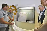 Nederland, Nijmegen, 2-6-2017Archeeologen van de Vrije Universiteit Amsterdam en de Rijksdienst voor het Cultureel Erfgoed , RCE,  presenteren tijdens een persconferentie in Museum Het Valkhof in Nijmegen een unieke goudschat uit het derde kwart van de 5e eeuw. De schat zal rond 460 na Chr. zijn begraven, niet lang vóór de definitieve val van het West-Romeinse rijk in 476.Detectorzoekers vonden het goud in een boomgaard in de Betuwe en seinden professionele archeologen in, die voor de opgraving zorgden. Bijzonder is dat de vinders en de grondeigenaar de goudschat in langdurig bruikleen afstaan aan Museum Het Valkhof. Museum Het Valkhof staat bekend om haar uitgebreide verzameling Romeinse bodemvondsten uit Nederland.In de persconferentie belichten de VU-archeologen Stijn Heeren, Nico Roymans en hoofd archeologie RCE Jos Bazelmans de betekenis van deze goudschat als een sleutelstuk voor onze kennis van de eindfase van het Romeinse gezag in Nederland en de overgang naar de Vroege Middeleeuwen. Op de foto: de drie vinders van de schat en de grondeigenaar onthullen de vitrine met de munten..Foto: Flip Franssen