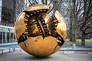 NEW YORK  2020V10<br /> Konstverk Sphere within sphere av Arnaldo Pomodoro. Gåva till FN från Italien.<br /> <br /> Foto: Per Danielsson/Projekt.P