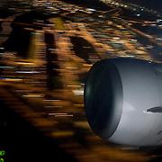 Nederland - Rotterdam - 13-03-2009<br />Vliegveld airport Rotterdam ( zestienhoven ) , boeing 737 van Transavia vliegt boven  verlicht Rotterdam opweg naar Schiphol.<br />Vliegtuigmotor met op de achtergrond de lichtstrepen door beweging van de verlichte stad.<br />Foto: Sake Elzinga