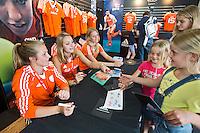 ROTTERDAM - Xan de Waard, Eva de Goede Caia van Maasakker.  Meet and Greet, handtekeningen verzamelen bij de hockey internationals in de Adidas stand tijdens de Rabobank Hockey World League. FOTO KOEN SUYK
