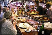 Spanje, Barcelona, 27-5-2007In de overdekte markt, boqueria, wordt in een tapabar de lunch gegeten. Foto: Flip Franssen/Hollandse Hoogte