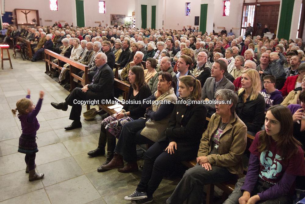 den bosch, de laatste dienst in de san salvator kerk waar een groot verschil van kerkbeleving bestaat dan bij het bisdom van mutsaers en hurkmans, vrouwen als voorgangers en een kerk van mededogen .