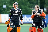 AMSTERDAM - Hockey - Anne Veenendaal (Neth) met Larissa Meijer (Neth) .    Interland tussen de vrouwen van Nederland en Groot-Brittannië, in de Rabo Super Serie 2016 .  COPYRIGHT KOEN SUYK