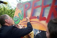 DEU, Deutschland, Germany, Leipzig, 22.08.2013:<br />SPD-Kanzlerkandidat Peer Steinbrück signiert ein Schild mit der Aufschrift SuPeer am Wahlkampfstand der SPD in der Leipziger Innenstadt.