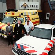 Hans Peet, Bart Stigter, Ron de Wild, ambulance en politieauto voor het politieburo Huizen