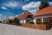 Zabytkowe drewniane domy na rynku w Tykocinie, Polska<br /> Antique wooden houses on the market in Tykocin, Poland