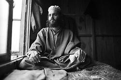 Srinagar - Kashmir 1994.Ritratto di Gabriele Tortsello con abiti kashmiri