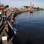 Auto te water oude haven Huizen, duikers, brandweer