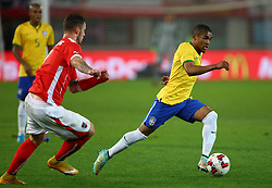 18.11.2014, Ernst Happel Stadion, Wien, AUT, Freundschaftsspiel, Oesterreich vs Brasilien, im Bild Douglas Costa (BRA) und Marko Arnautovic (AUT) // during the friendly match between Austria and Brasil at the Ernst Happel Stadion, Vienna, Austria on 2014/11/18. EXPA Pictures © 2014, PhotoCredit: EXPA/ Thomas Haumer