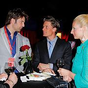 NLD/Amsterdam/20120327 - Premiere Cirque du Soleil Corteo, bas Muijs in gesprek met Winston Post en partner Denise van Rijswijk