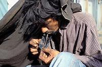 Pakistan, Sind, Karachi, fumeur d heroine // Heroïne addict, Karachi, Sind province, Pakistan