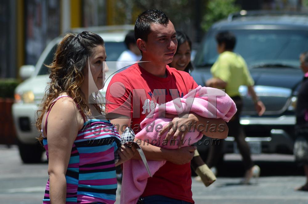 Toluca, México.- Algunos padres salieron con su esposa e hijos a dar un paseo al centro Histórico de Toluca, donde convivieron en familia el Día del Padre. Agencia MVT / Arturo Hernández S.