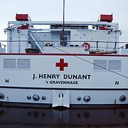 Rode Kruis schip de J. Henry Dunant bezoekt Huizen