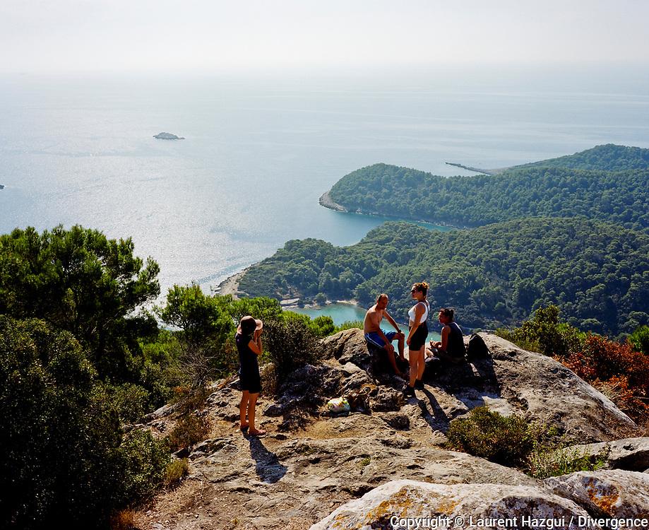 """Septembre 2009. Croatie. L'île de Mljet (Meleda en italien). Elle signifie """"miel"""" en français. L'île se trouve à 2h de bateau de Dubrovnik. Un tiers de l'île est classé parc naturel. Vue de la montagne de Montokuc. Randonneurs."""