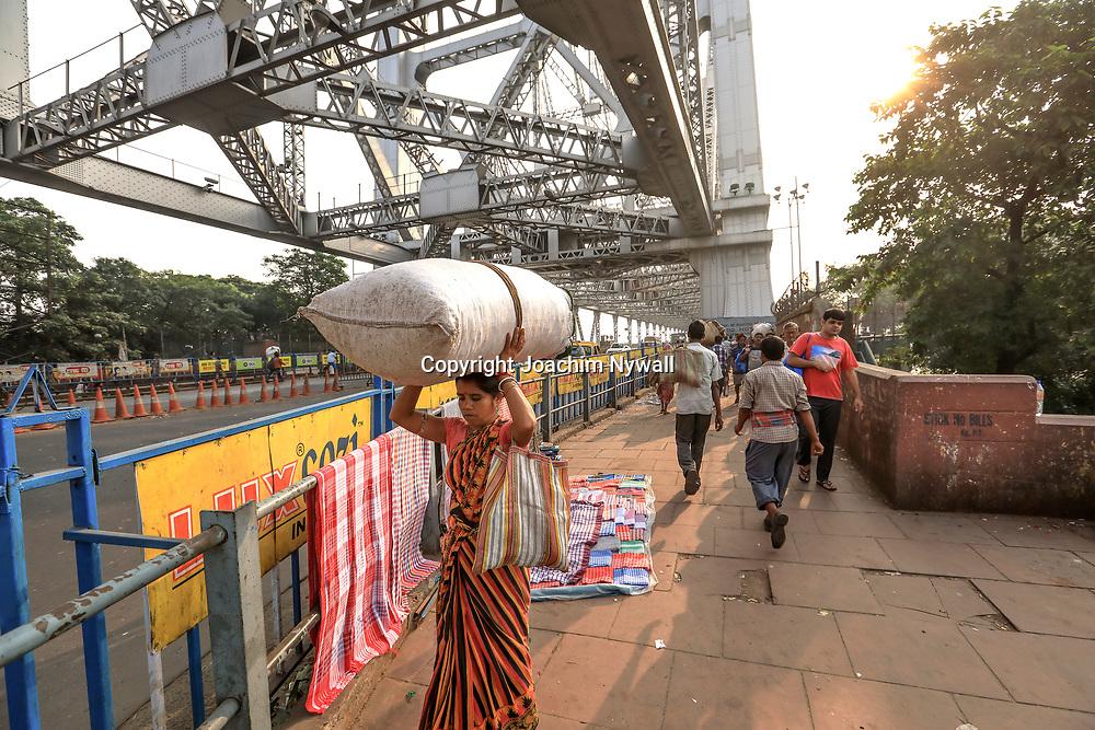 20171029 Kolkata Calcutta Indien<br /> På och runt Howrah bron<br /> ----<br /> FOTO : JOACHIM NYWALL KOD 0708840825_1<br /> COPYRIGHT JOACHIM NYWALL<br /> <br /> ***BETALBILD***<br /> Redovisas till <br /> NYWALL MEDIA AB<br /> Strandgatan 30<br /> 461 31 Trollhättan<br /> Prislista enl BLF , om inget annat avtalas.