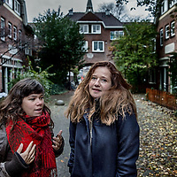 Nederland, Amsterdam, 5 november 2016.<br />Sarah Sylbing (r) en Esther Gould.<br />Ze hebben samen de documentaire Schuldig gemaakt, die gaat over alle kanten van in de schuld zitten: schuldsanering, deurwaarders, enzovoorts. Ze hebben een jaar lang gedraaid in de Vogelbuurt bij mensen die dus diep in de schulden zitten en belichten het onderwerp van alle kanten.<br /><br /><br /><br />Foto: Jean-Pierre Jans